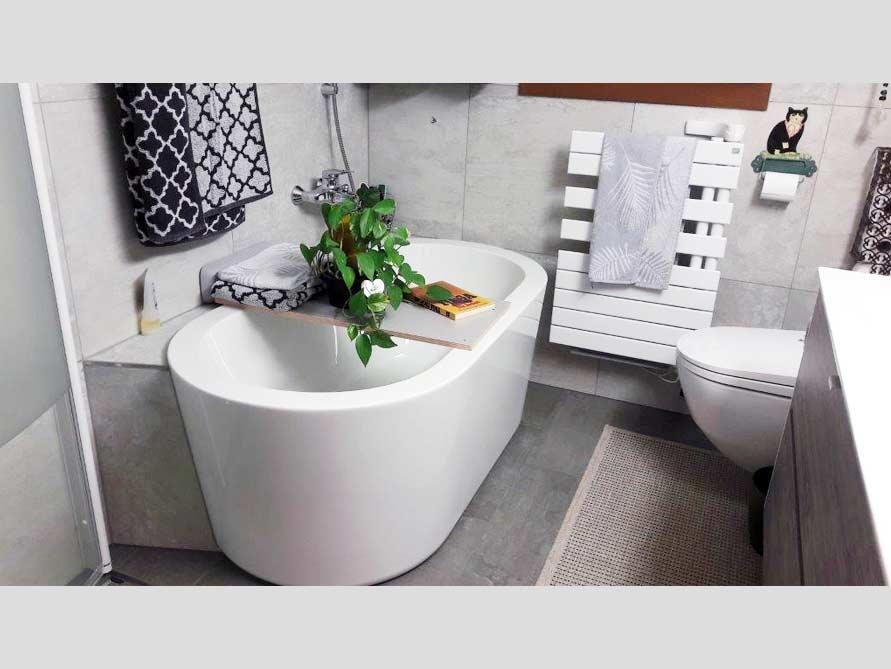 kleines badezimmer mit der freistehenden badewanne almeria 149. Black Bedroom Furniture Sets. Home Design Ideas