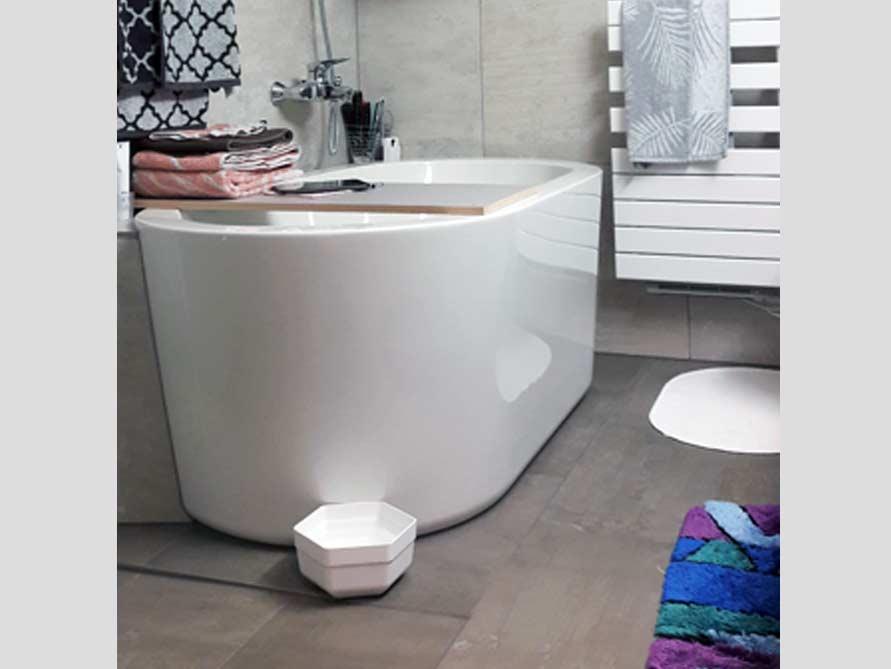 Kleines badezimmer mit der freistehenden badewanne almeria 149 for Kleines badezimmer mit badewanne