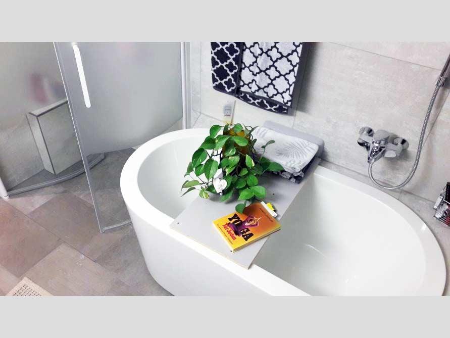 Kleines Badezimmer mit der freistehenden Badewanne Almeria 149