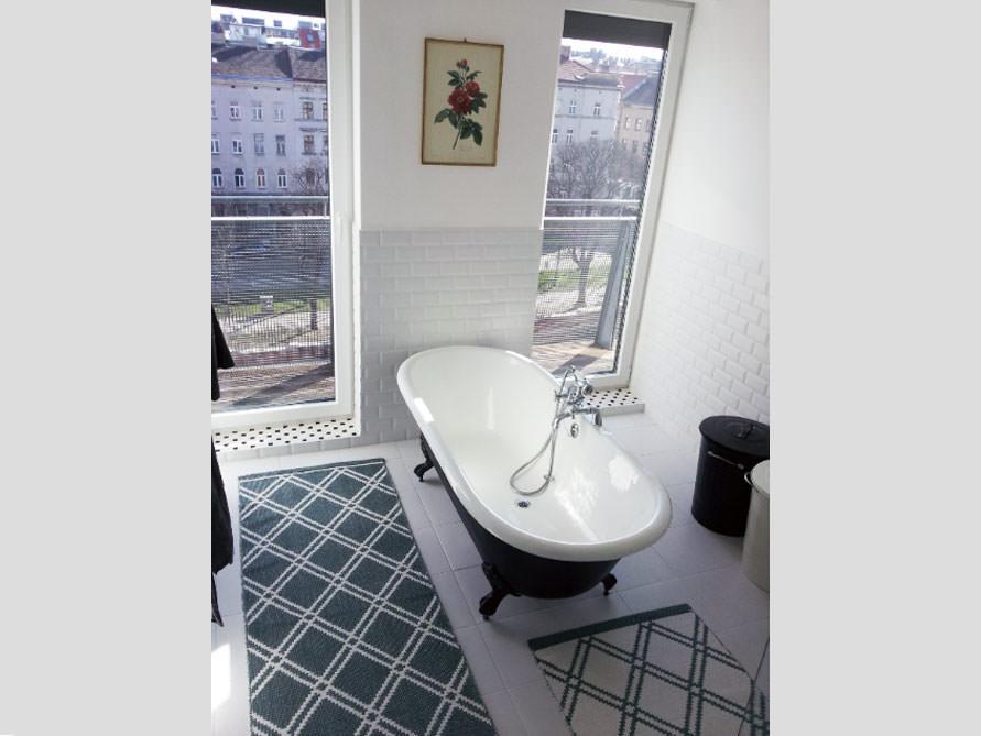 kleines badezimmer mit der freistehenden badewanne bradford. Black Bedroom Furniture Sets. Home Design Ideas
