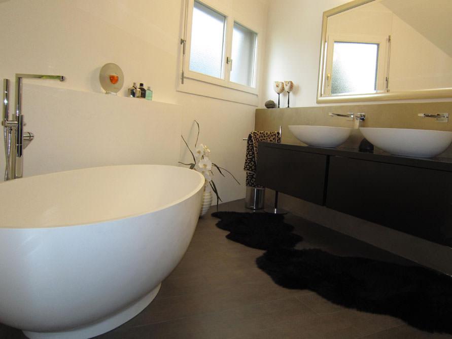 Kleines badezimmer mit der freistehenden badewanne campione - Kleine freistehende badewanne ...