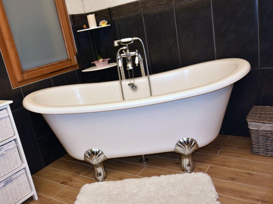 kleines badezimmer mit der freistehenden badewanne lincoln. Black Bedroom Furniture Sets. Home Design Ideas