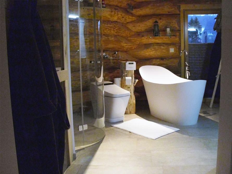 kleines badezimmer mit der freistehenden badewanne napoli. Black Bedroom Furniture Sets. Home Design Ideas