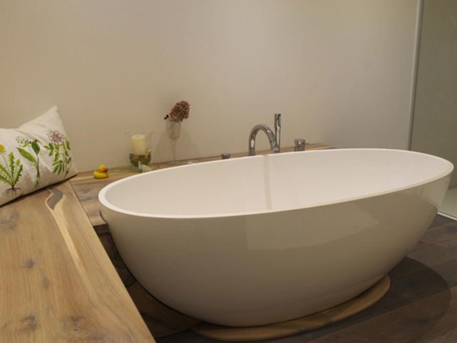 kleines badezimmer mit der freistehenden badewanne piemont. Black Bedroom Furniture Sets. Home Design Ideas