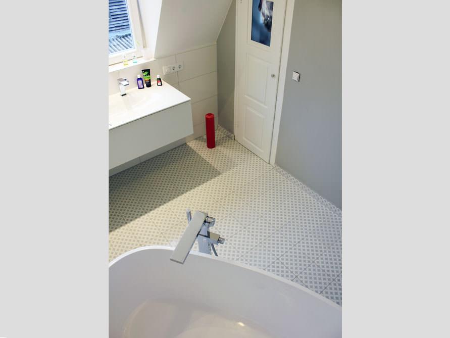 kleines badezimmer mit der freistehenden badewanne varese. Black Bedroom Furniture Sets. Home Design Ideas