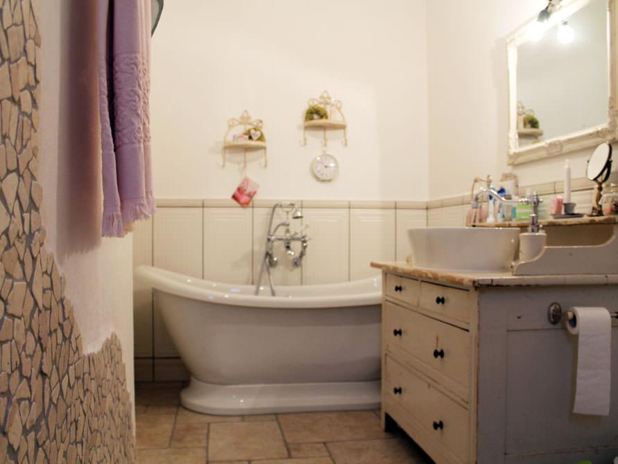 kleines badezimmer mit der freistehenden badewanne worcester. Black Bedroom Furniture Sets. Home Design Ideas
