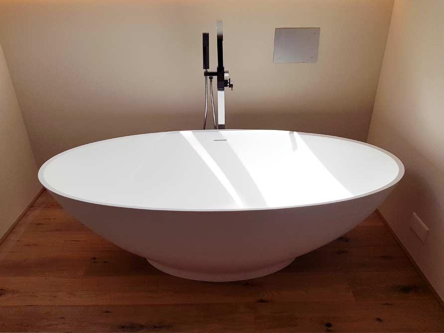 Badezimmer ideen mit freistehende badewanne barletta aus for Badezimmer mit badewanne