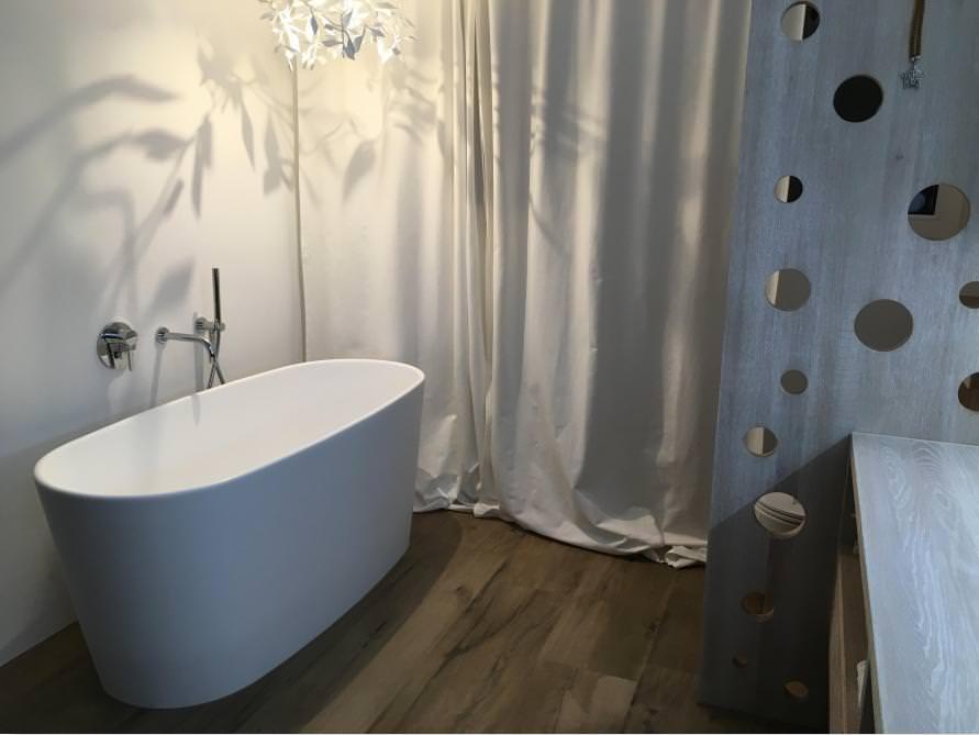 Badezimmer mit der freistehenden Badewanne Bellagio