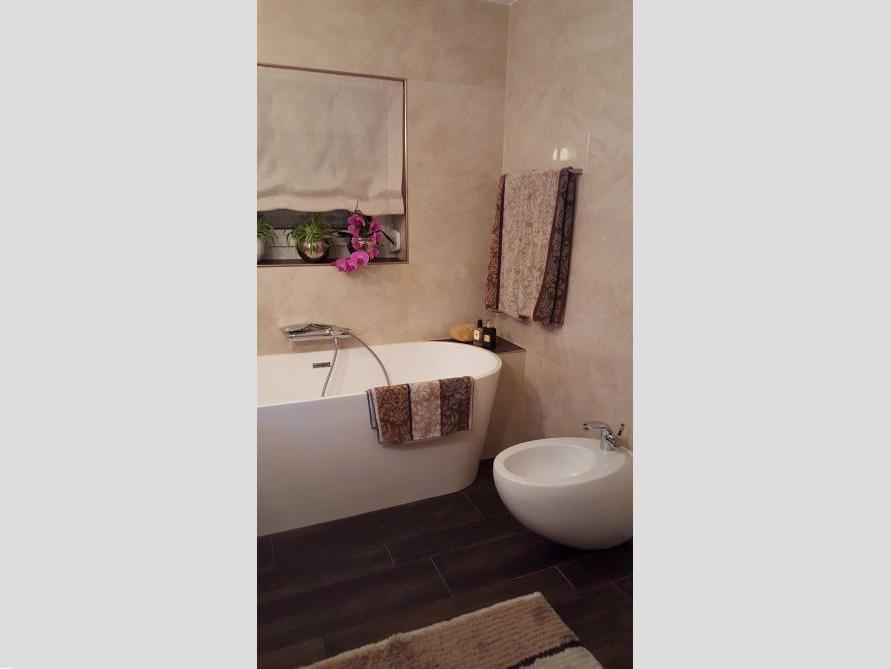 Badezimmer mit der freistehenden Badewanne Bologna