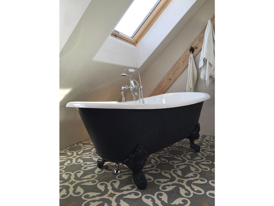 Badezimmer mit der freistehenden Badewanne Bristol