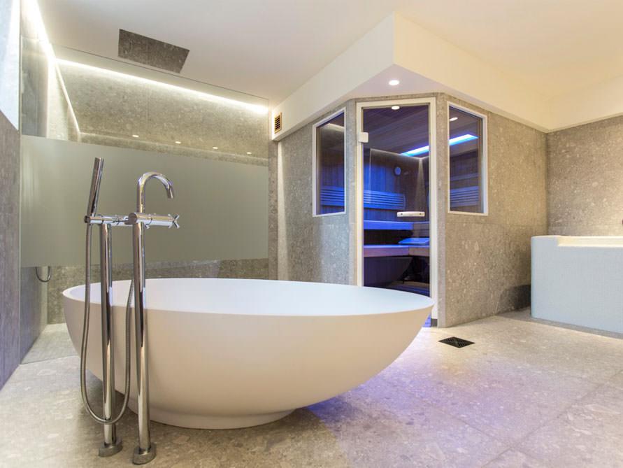 Badezimmer mit der freistehenden Badewanne Campione