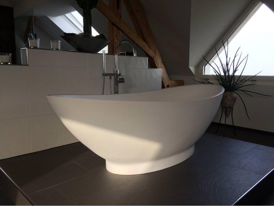 badezimmer idee como freistehenden badewanne einrichtungsm glichkeiten mineralguss. Black Bedroom Furniture Sets. Home Design Ideas