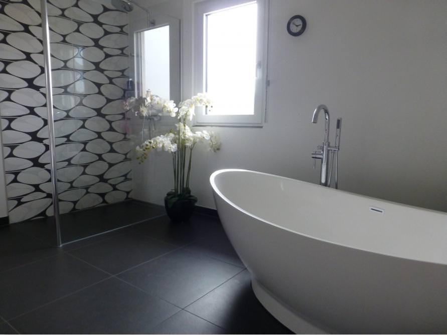 Badezimmer mit der freistehenden Badewanne Como