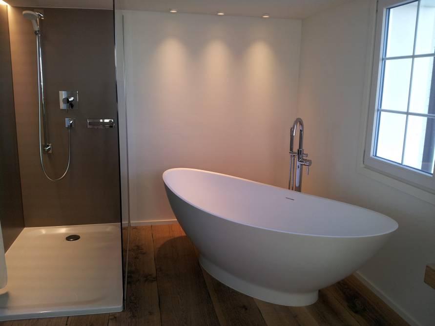 badezimmer ideen mit freistehende badewanne como aus mineralguss aufsatzbecken sillaro. Black Bedroom Furniture Sets. Home Design Ideas