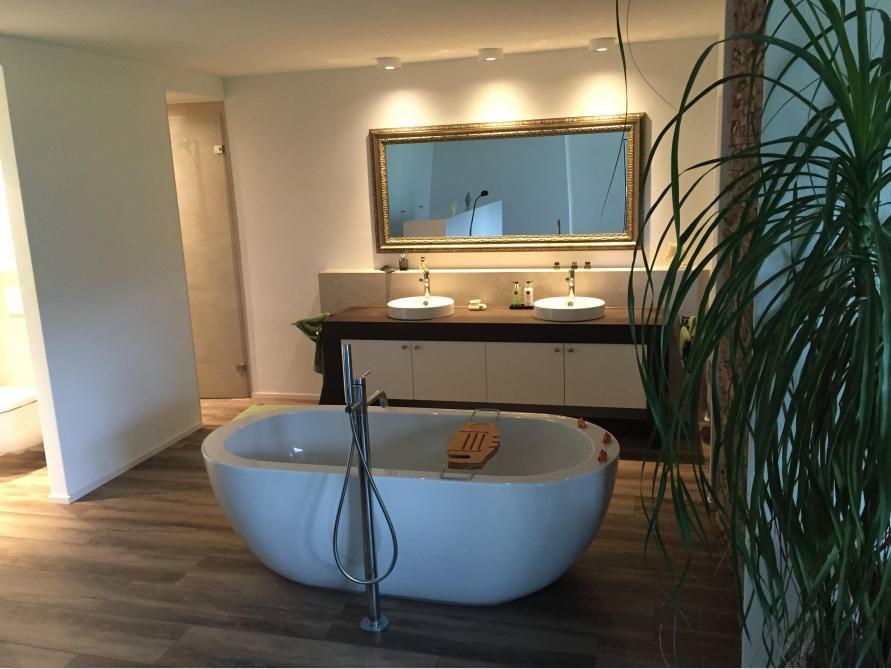 Badezimmer-Idee mit der freistehenden Badewanne Gandia Grande