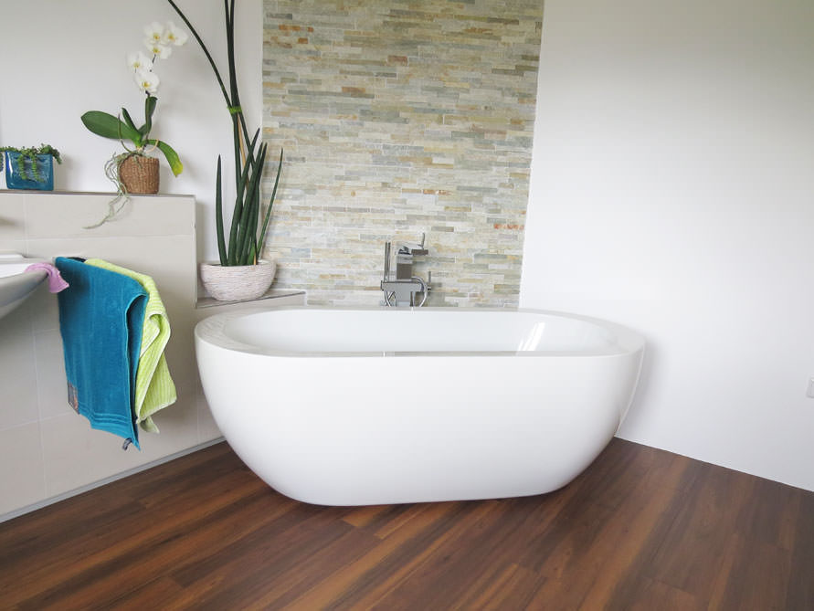 Badezimmer-Idee mit der freistehenden Badewanne Gandia Medio