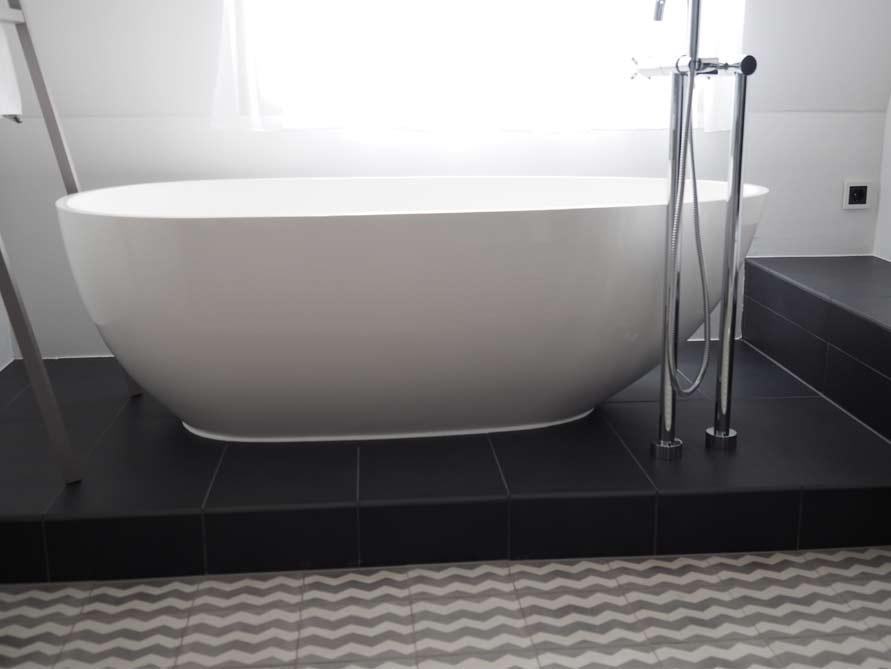 Badezimmer-Idee - Luino - freistehenden Badewanne - Sockel ...