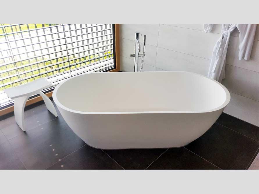 badezimmer ideen mit freistehende badewanne montecristo aus mineralguss zubeh r pianoro hocker. Black Bedroom Furniture Sets. Home Design Ideas