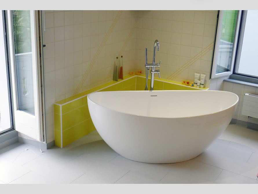 Badezimmer ideen mit der freistehenden badewanne novara for Badezimmer ideen mit badewanne