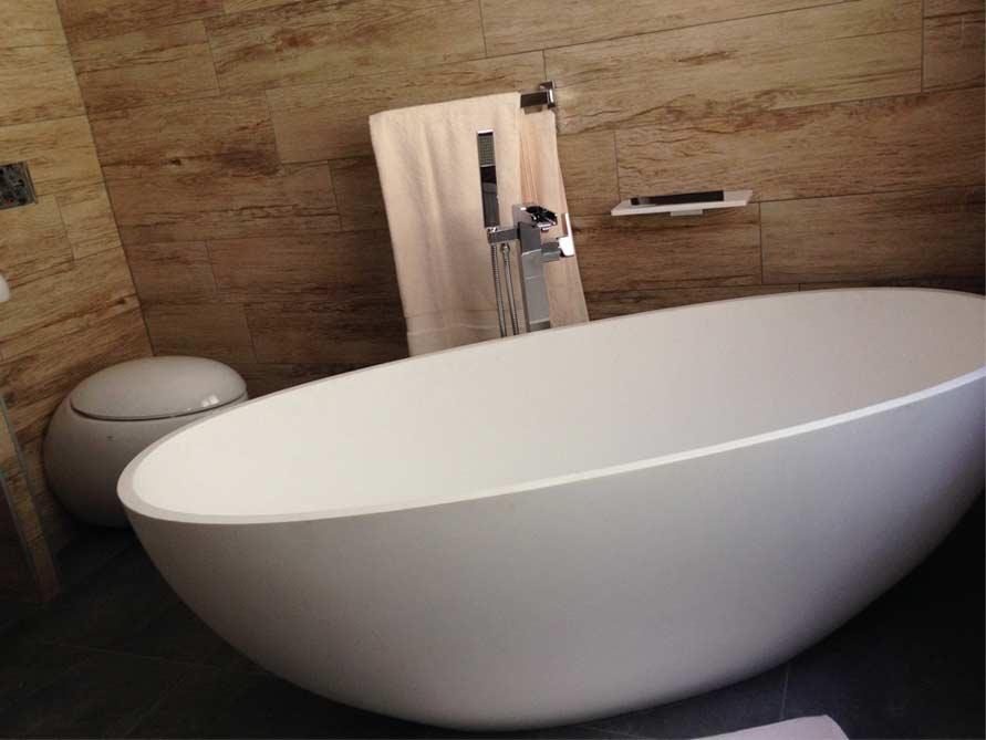 badezimmer ideen mit freistehende badewanne piemont medio aus mineralguss badewannen. Black Bedroom Furniture Sets. Home Design Ideas