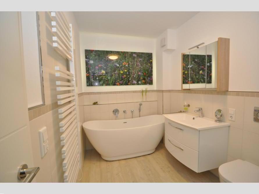 Badezimmer-Idee mit der freistehenden Badewanne Sanitas