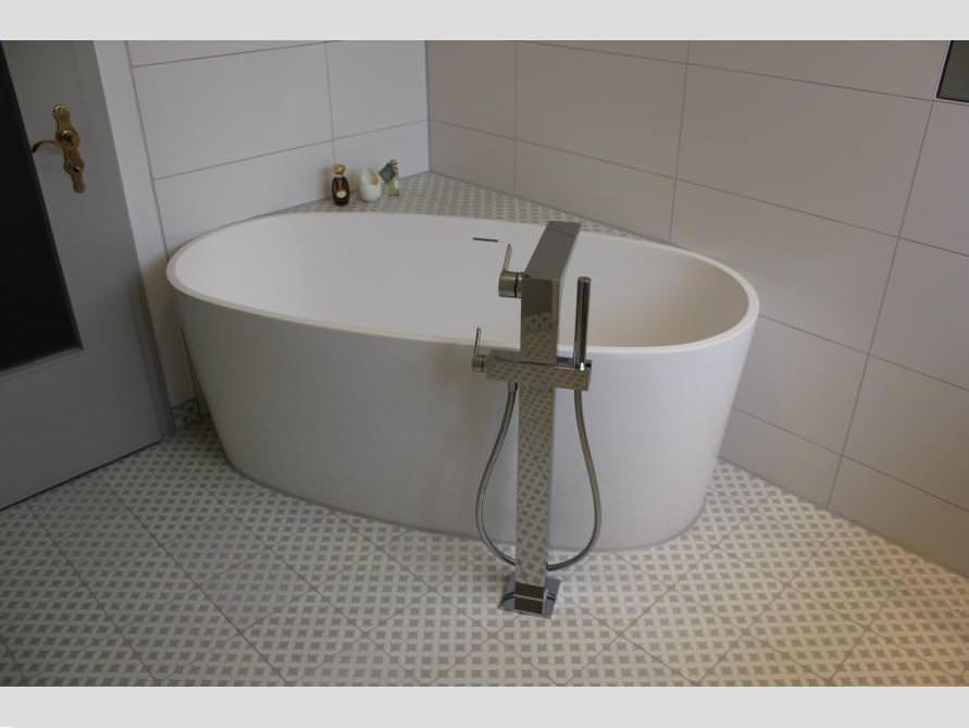 Badezimmer ideen mit der freistehenden badewanne varese for Badezimmer ideen mit badewanne